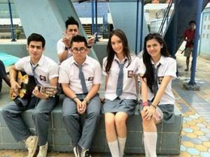 ketentuan seragam sekolah resmi